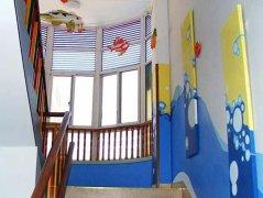 幼儿园楼梯环境布置图片_幼儿园楼梯装饰图片图片