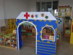 中班医院区角布置图片_幼儿园医院区角装饰设计:爱心医院_幼儿园布置网