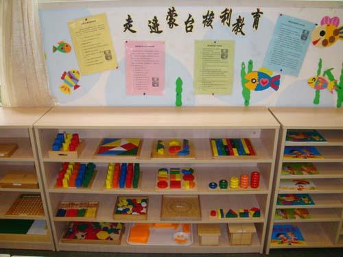 幼儿园玩具区布置:整齐有序的摆放玩具