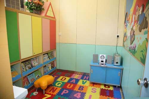 幼儿园图书区角环境布置 边听音乐边看书