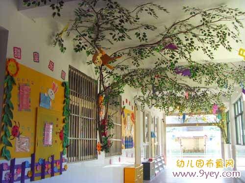 幼儿园走廊环境布置:小树招展图片