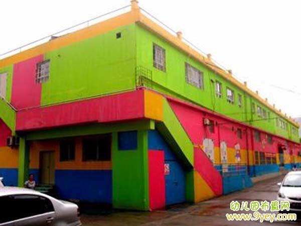 幼儿园建筑外墙颜色:红绿搭配