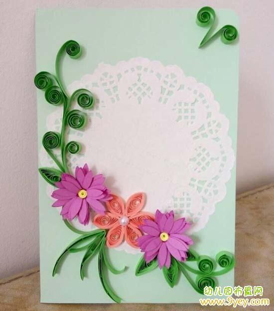 1.取0.3*39cm长粉色衍纸条一根,卷起放入圆孔尺13号孔内  2.把衍纸条捏成泪滴卷,做6个,粘在一起组合成一朵小花  3.花朵中心粘上珍珠  4.半成品紫色花加上黄色衍纸条  5.把紫色花瓣和黄色衍纸卷成小花,做2个这样的小花  6.将淡绿色卡纸裁剪出长方形,对折成贺卡,把花边纸粘贴在贺卡正面中间    7.