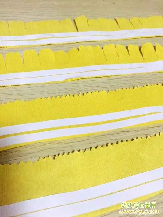 手工材料:皱纹纸、花杆、剪刀、双面胶   1. 用皱纹纸剪出四条长25厘米,宽4.5厘米的长条  2. 把其中两条剪出锯齿状  3. 另外两条剪出花瓣状  4. 四条皱纹纸都贴上双面胶,如上图    5. 拿出花杆,把锯齿状的皱纹纸转圈粘上,边粘边打细褶子  6. 这样康乃馨花朵的内花蕊部分就制作好了  7.