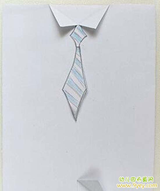 手工材料:硬卡纸、画笔、胶水、剪刀  1. 把硬卡纸剪成长方形,对折,对折后的正面部分再对折以作为衬衫的开襟。我们这里是用白色硬卡纸,如果你比较喜欢艳一点的,当然可能用其它颜色  2. 在折痕开襟的上下部位各开一个小口,上部分两边向外翻开作为衣领,下部分一边向外翻作为衣角  3.