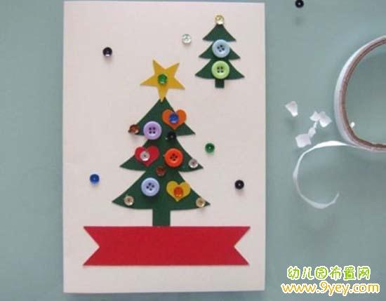 手工材料:硬纸板、剪刀、彩纸、双面胶、胶棒、亮片、纽扣   1.把彩纸用剪刀剪出圣诞树和红丝带的形状  2.把圣诞树和红丝带用胶棒贴到硬纸板上,如上图  3.再用彩纸剪出一些五角星,爱心粘上去,让贺卡看起来更漂亮  4.再把钮扣和亮片用双面胶粘到贺卡上,这样一张漂亮的圣诞节圣诞树贺卡就制作完成了。好吧,去送给你亲爱的人吧